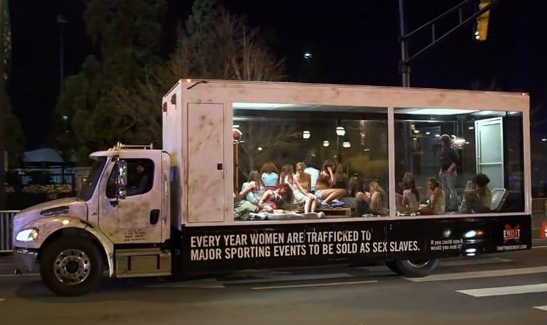 caminhão transparente com mulheres