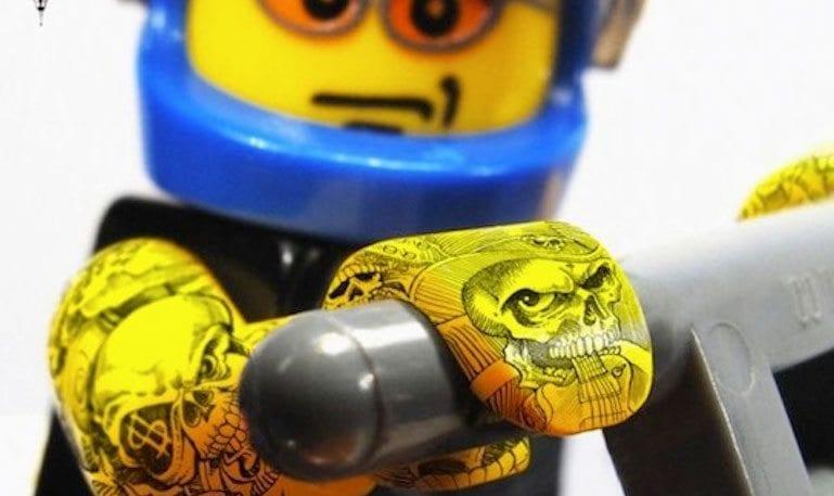 Campanha impressa da Pilot Extrafine tatua LEGO para mostrar precisão