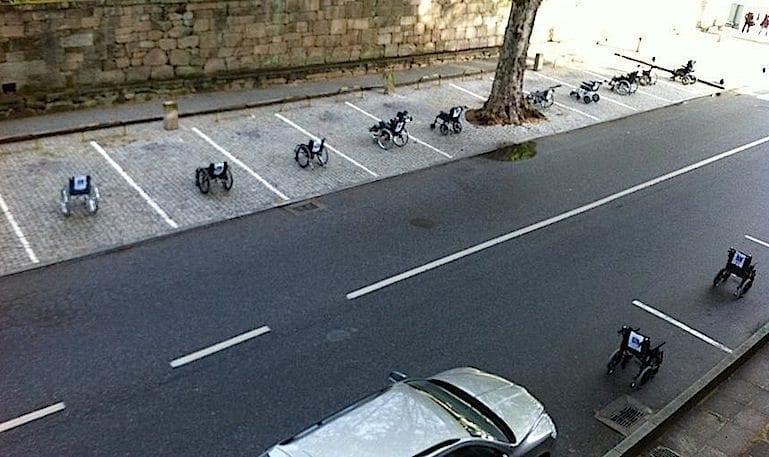 Usuários de cadeira de rodas fazem protesto criativo