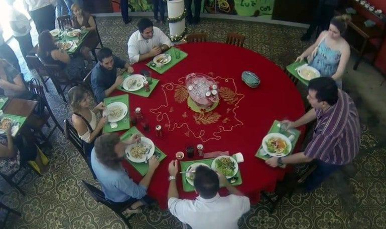 A Mesa compartilhada do Spoleto e da Coca-Cola