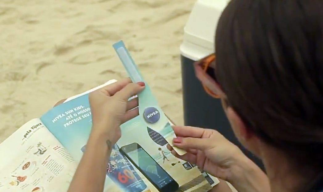 Anúncio da Nivea ajuda os pais a monitorarem seus filhos na praia