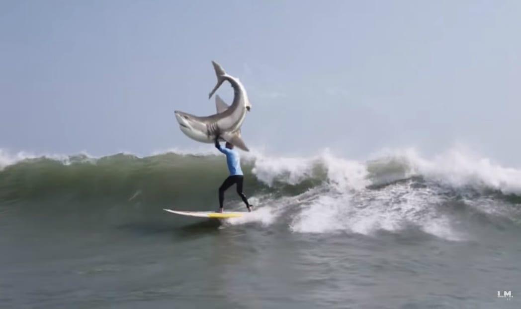 Surfista luta com tubarão em paródia da KFC