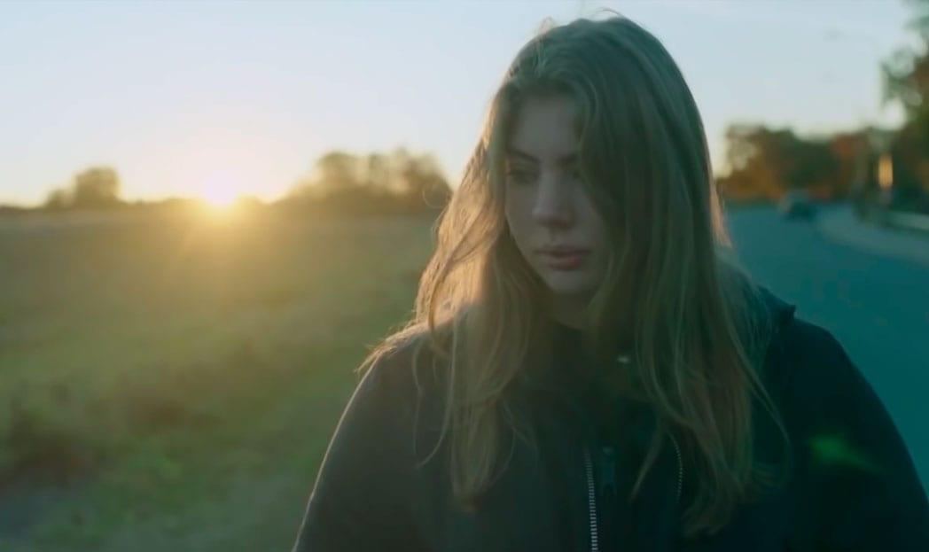 Vídeo mostra filha pedindo ajuda porque nasceu mulher em um mundo de homens
