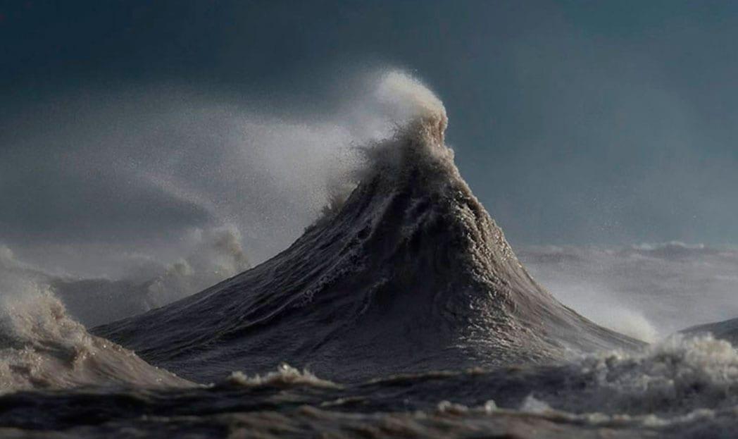 ondas que parecem montanhas fotografia