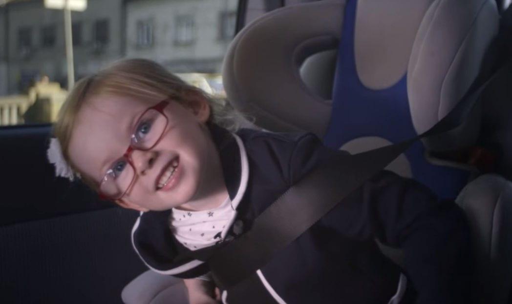 volvo criança dirigindo caminhão