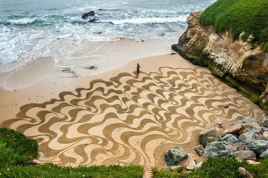 Artista usa areia da praia como tela de seus desenhos fantásticos
