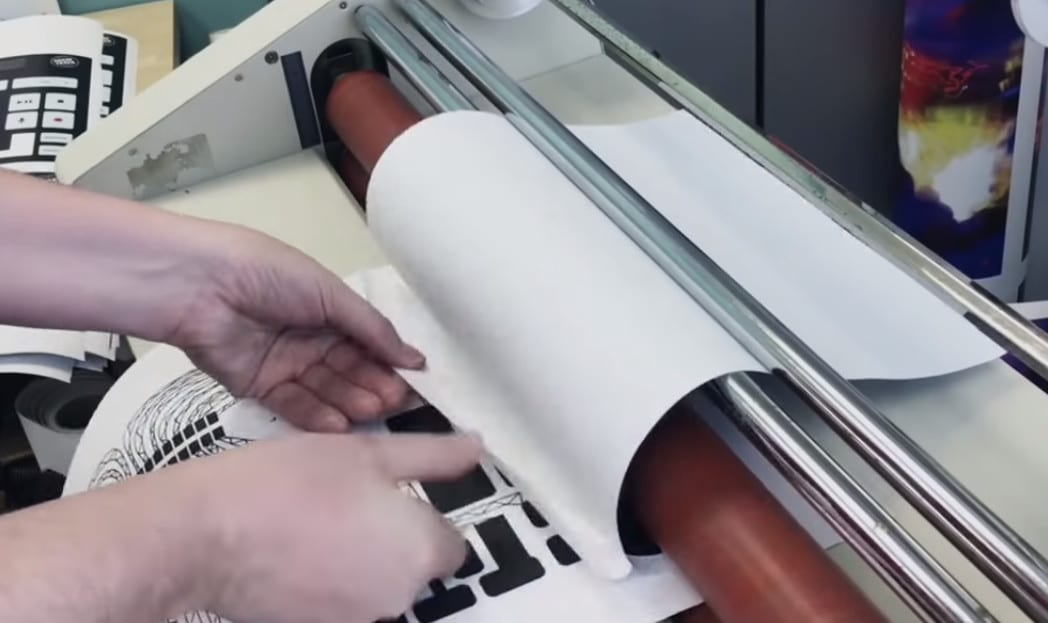 como é feito o mctrax A toalha de papel do McDonald's que cria música eletrônica