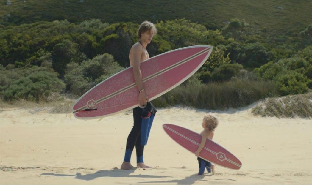 Os bebês da Evian voltaram e agora são surfistas