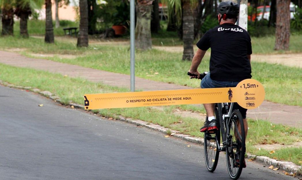 Ciclistas usam régua gigante para alertar sobre distância segura