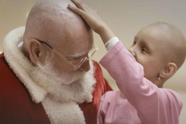 Papai Noel fica carequinha nesse Natal para levar alegria a crianças com câncer