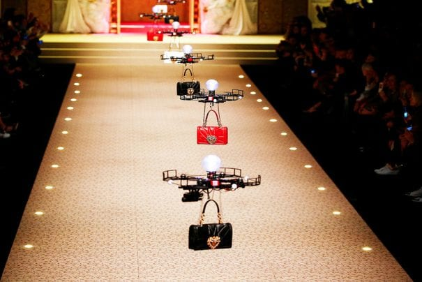 Drones desfilam coleção de bolsas da Dolce&Gabbana
