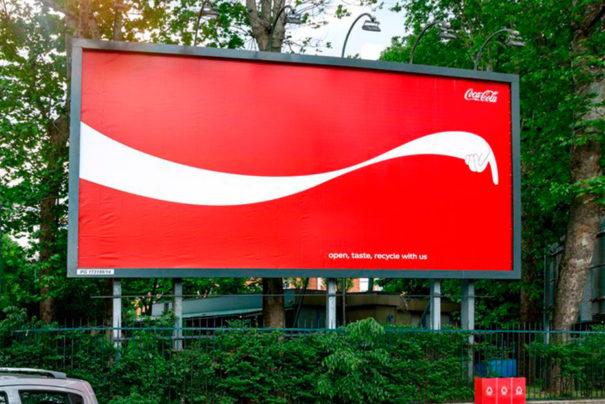 O outdoor da Coca-Cola que aponta locais de reciclagem